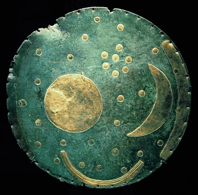 Nach der Interpretation von Meller und Schlosser stellen die Plättchen Sterne dar, die Gruppe der sieben kleinen Plättchen vermutlich den Sternhaufen der Plejaden, die zum Sternbild Stier gehören. Die anderen 25 sind astronomisch nicht zuzuordnen und werden als Verzierung gewertet. Die große Scheibe wurde zunächst als Sonne, mittlerweile auch als Vollmond interpretiert und die Sichel als zunehmender Mond. Wikipedia-Artikel mit Darstellungen. Fußnote 1